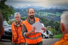 Der Jagdleiter Dani Gübeli gibt den Jägern Anweisungen. (Bild: Sandro Büchler)
