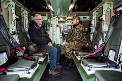 Robert Küng, Regierungsrat Luzern (inks) lässt sich ein Geschütztes Mannschaftstransportfahrzeug (GMTF) erklären.