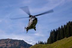 Ein Super Puma der Schweizer Luftwaffe startet mit Gästen auf dem Glaubenberg.