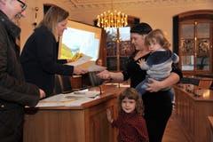 Zur Einbürgerungsfeier händigt Z'graggen der aus Serbien stammenden Familie Lazic die Landrechtsurkunde aus. (Bild: Urs Hanhart (Altdorf, 2. November 2017))