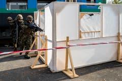 Soldaten stürmen ein Gebäude in Sarnen.