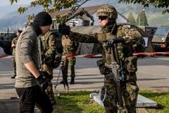 Ein Soldat setzt einen Angreifer mit einem Pefferspray ausser Gefecht.