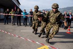 Demonstration einer Fahrzeugkontrolle und anschliessender Festnahme am Öffentlichkeits- und Behördenanlass des Infanteriebataillons 20 am Donnerstag, 18. Oktober 2018 in Sarnen.