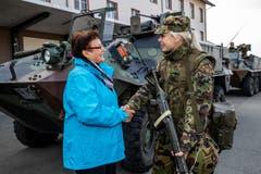 Hildegard Meier-Schöpfer, Kantonsratspräsidentin (links) im Gespräch mit Soldatin Celine Seiger in Sarnen.