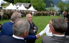Steht sie hier neben ihrem künftigen Arbeitskollegen? Z'graggen mit Bundesrat Ueli Maurer und alt Bundesrat Adolf Ogi an der Gedenkfeier «75 Jahre Rütlirapport» auf dem Rütli. (Bild: Nadia Schärli (Seelisberg, 25. Juli 2015))