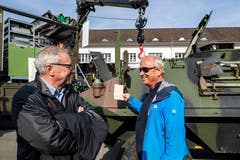 Robert Küng, Regierungsrat Luzern (links) und Paul Winiker, Regierungsrat Luzern beim Teilen alter Erinnerungen in Sarnen.