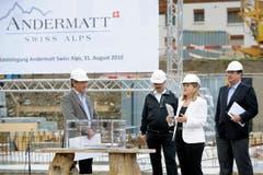 Grundsteinlegung fürs Hotel Chedi in Andermatt mit Samih Sawiris, Andermatter Gemeindepräsident Karl Poletti, Heidi Z'graggen und Akira Moreno, dem künftigen Betreiber des Chedi. (Bild: Pius Amrein, 31. August 2010)