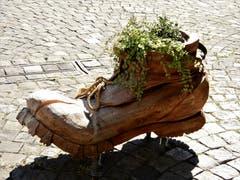 Leben auf grossem Fuss? Auf den ersten Blick könnte man es meinen, aber das ist eine hervorragende Idee, um auf das Orthopädie-Schuhgeschäft in Altdorf aufmerksam zu machen. (Bild: Margrith Imhof-Röthlin (Altdorf, 17. Oktober 2018))