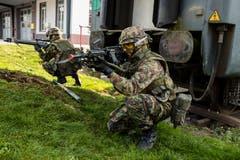 Soldaten sichern die Umgebung eines Gebäudes in Sarnen.