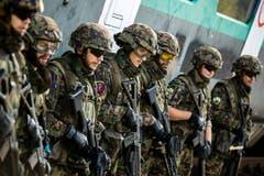 Soldaten warten am Öffentlichkeits- und Behördenanlass des Infanteriebataillons 20 auf Befehle.
