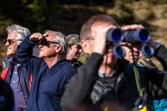 Reto Sieber, Verwaltungsratspräsident Siga (links) und Paul Winiker, Regierungsrat Luzern verfolgen die Demonstration am Öffentlichkeits- und Behördenanlass des Infanteriebataillons 20 auf dem Glaubenberg.