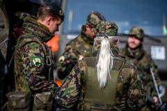 Soldaten und eine Soldatin warten auf weitere Befehle.