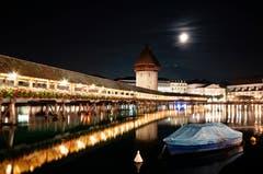 Nachtaufnahme Kapellbrücke. (Bild: Marianne Schmid (Luzern, 17. Oktober 2018))