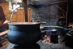 Kupferkessel und Holzfeuer sind für die Etivaz-Käseherstellung Pflicht.