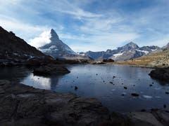 Zugefrorener See und die Traumkulisse mit dem Matterhorn, zwischen Gornergrat und Riffelberg. (Bild: Bruno Ringgenberg (19. Oktober 2018))