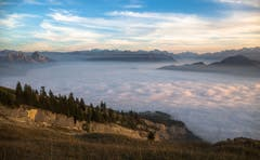 Nebelmeer über dem Schwyzer Talkessel. (Bild: Daniel Hegglin (Gnipen, 19. Oktober 2018))