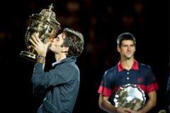 2010- Roger Feder küsst den Pokal nach seinen Sieg gegen den Serben Novak Djokovic.(KEYSTONE/Ennio Leanza)