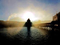 Kapellbrücke: Wer da gewinnt, der Nebel oder die Sonne? (Bild: Walter Buholzer)