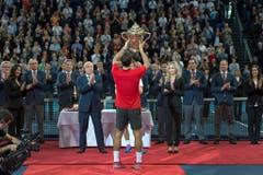 2014 - Roger Federer mit dem Pokal nach seinem Sieg gegen den Belgier David Goffin. (KEYSTONE/Georgios Kefalas)