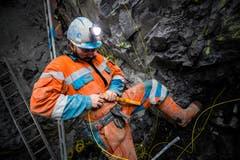 Vortrieb Untertagebauwerk im Steinbruch Zingel Kehrsiten. Ein Mineur bereitet eine Sprengung vor. (Bild: Gasser Felstechnik, Kehrsiten, 9. April 2018)
