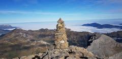 """Sonnige, herbstliche Aussicht des """"Steinmanndli"""" vom Gipfel des Uri - Rotstock auf die Zentralschweiz, die im dichten Nebel liegt. (Bild: Dorothe Gut (Uri Rotstock, 21. Oktober 2018))"""