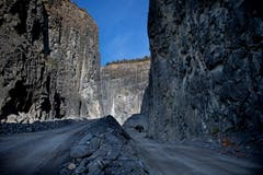 Blick in den Steinbruch der Holcim in Kehrsiten. Der Eingang zum neuen Bauwerk im Berg ist hinten zu sehen. (Bild: Corinne Glanzmann, Kehrsiten, 16. Oktober 2018)