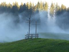 Der Nebel kämpft sich durch den Wald. (Bild: Peter Schumacher (Fräkmünt, 20. Oktober 2018))