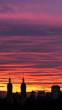 Brandhimmel über der Kathedrale und der FHS St. Gallen. (Bild: Franz Häusler)
