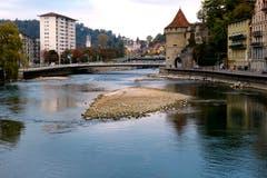 Erste Inseln in der Reuss wegen niedrigem Wasserstand. (Bild: Walter Buholzer (Luzern, 24. Oktober 2018))