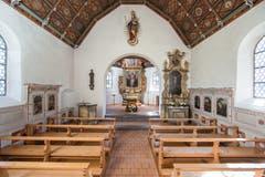 Im Innern beeindruckt die Flüeli-Kapelle mit der reich bemalten Holzdecke, bemalten Wandtäfern im Schiff und prachtvollen Holzeinlegearbeiten. Sie zählt zu den besonders interessanten Kapellen der Zentralschweiz. Geweiht wurde sie 1618, also genau vor 400 Jahren. Sie ist weitgehend im ursprünglichen Zustand erhalten. Umfassend renoviert wurde sie 1980/81. (Bild PD)