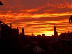 Sonnenuntergang, 18.30 Uhr in der Stadt St. Gallen (Bild: Pia Hollenstein)