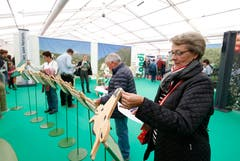 Beatrice Wenger macht am Stand des Zuger Bauernverbands an einem Wettbewerb mit. (Bild: Stefan Kaiser (Zug, 23.Oktober 2018))