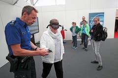 Brigitte Meier aus Wädenswil testet am Stand der Zuger Polizei bei Harald Hirzel die Rauschbrille. (Bild: Roger Zbinden (Zug, 20. Oktober 2018))