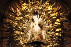 Die Schwarze Madonna in der Klosterkirche Einsiedeln ist weltbekannt. Sie hat insgesamt 37 Gewänder - textile Schätze aus fünf Jahrhunderten. Die Gewänder stehen einerseits für die Verhüllung und entziehen so der spätgotischen Statue den Status eines blossen Kunstobjekts. Andererseits drücken die Kleider auch die Verehrung der Muttergottes durch die Gläubigen aus. (Bild PD)