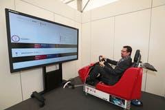 Der Zuger Stadtrat Urs Raschle testet, wie gut er unter Alkoholeinfluss am Simulator Autofahren kann. (Bild: Roger Zbinden (Zug, 20. Oktober 2018))
