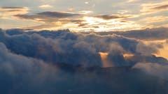 Hoher Kasten: Die untergehende Sonne bricht ein letztes Mal durch die Wolkendecke, bevor der Tag zu Ende geht. (Bild: Remo Schläpfer)