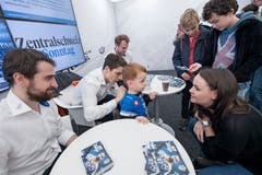 Autogrammstunde am Stand der Zuger Zeitung an der Zuger Messe mit Fabian Schnyder, Reto Suri und Viktor Stalberg (von links) Bild: Pius Amrein (Zug, 24. Oktober 2018)