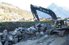 Im Bereich Birren (2. Etappe) läuft der Bau des Blocksatzes. Das Versetzen der Blöcke erfordert höchst präzises Arbeiten des Baggerführers. (Bild: Philipp Unterschütz, Engelberg, 26. Oktober 2018)