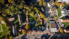 Das potenzielle Bauareal fürs neue Busdepot von oben: vorne die Zürcher Strasse, von links nach rechts im Bild die Wiese der Badi Lerchenfeld, die drei Wohnblöcke, die stehen bleiben, dann die neun älteren Häuser und Baracken, die abgerissen werden sollen, und die Rechenstrasse. Der geplante Neubau wird die hier liegende Schleife der Rechenstrasse ausfüllen. Die Bauten rechts der Rechenstrasse werden durch das städtische Vorhaben nicht tangiert.