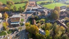 Das Areal von Norden her gesehen. Links ist die Migrolino-Tankstelle und die Rechenstrasse zu erkennen. Hinter der Zürcher Strasse liegt hinten rechts der Fussballplatz Lerchenfeld.