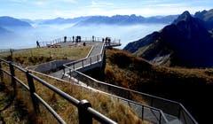 Wanderer geniessen den Ausblick vom Hohen Kasten bei traumhaftem Bergwetter. (Bild: Doris Sieber)