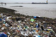 Mit einem Verbot von Einweggeschirr aus Plastik will die EU der Verschmutzung der Ozeane bekämpfen. Das EU-Parlament hat dem Vorhaben zugestimmt. Die geplante Neuregelung soll 2021 in Kraft treten. (Bild: Dan Kitwood/Getty Images)