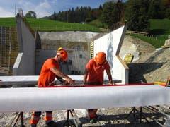 Bespannen einer Schalung fürs Reservoir Gubermatt mit einem Spezialflies, um einen porenfreien Beton zu erreichen. (Bild: PD, Sarnen, 8. Oktober 2018).
