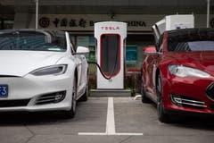 Erstmals seit zwei Jahren hat der Elektro-Auto-Pionier Tesla ein Quartal mit schwarzen Zahlen beendet. Unter dem Strich stand ein Überschuss von 312 Millionen Dollar. (Bild: Roman Pilipey/Epa)