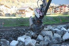 Das Versetzen der Blöcke für die Blocksatz-Uferböschung erfordert höchst präzises Arbeiten des Baggerführers. (Bild: Philipp Unterschütz, Engelberg, 26. Oktober 2018)