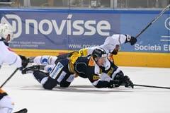 Dominic Zwerger (Ambri) gegen Fabian Schnyder (Zug).(Bild: Michela Locatelli/freshfocus)