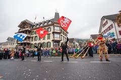 Die Fahnenschwinger zeigen vor der «Krone», was sie drauf haben. (Bild: Edi Ettlin (Buochs, 28. Oktober 2018))