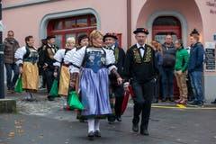 Die Älplergesellschaft zieht auf den Dorfplatz ein. (Bild: Edi Ettlin (Buochs, 28. Oktober 2018))