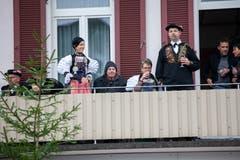 Hauptmann Christoph Gehrig (rechts) beobachtet das Treiben vom Balkon aus. (Bild: Edi Ettlin (Buochs, 28. Oktober 2018))