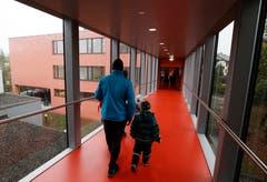Über eine Passerelle sind die beiden Schulhäuser verbunden. (Bild: Stefan Kaiser (Neuheim, 27. Oktober 2018))